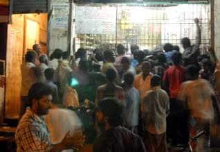 """டாஸ்மாக்' கடைகளில் குவிந்த """"குடி'மகன்கள் ஒரே நாளில் ரூ.150 கோடி விற்பனை"""