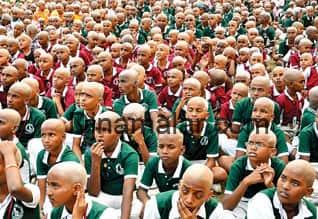1,015 குழந்தைகளுக்கு 40 நிமிடத்தில் மொட்டை : உலக சாதனை முயற்சிக்காக காந்தியடிகள் வேடம்