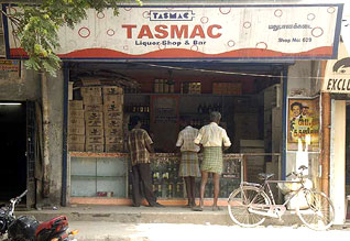 "No kick in TASMAC: youths go for 420 beedas டாஸ்மாக் சரக்கில் ""கிக்' இல்லை: ""420' பீடாவுக்கு மாறும் இளைஞர்கள்"