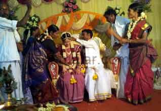 சீன பெண்ணை மணந்தார் தமிழக வாலிபர் உறவினர்களுடன் பேச முடியாததால் கவலை