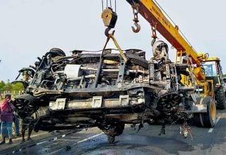 லாரி -- கார் மோதி தீ : 4 பேர் உடல் கருகி பலி