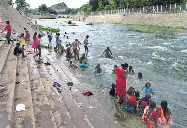 தட்சிணாயன புண்ய காலம்: காவிரியில் நீராடிய பக்தர்கள்