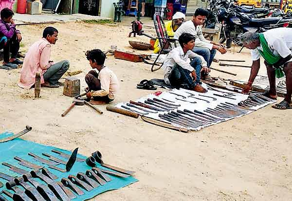 சுடச்சுட விவசாய கருவிகள் தயாரிப்பு : ராஜஸ்தான் தொழிலாளர்கள் அசத்தல்