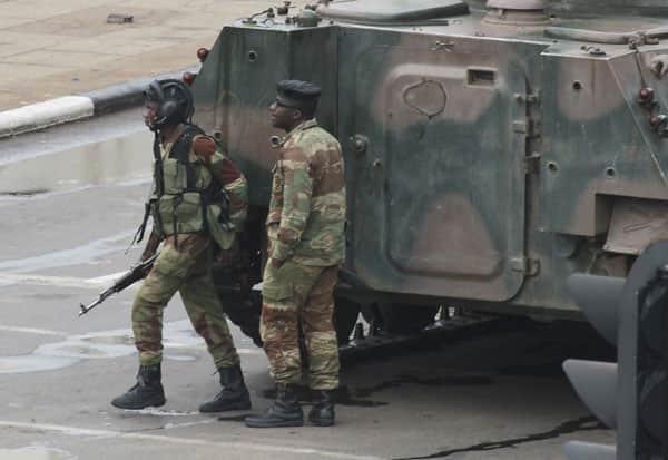 ராணுவ புரட்சி,Military Revolution,  ஜிம்பாப்வே,  Zimbabwe, அதிபர் ராபர்ட் முகாபே, president Robert Mugabe,விடுதலை, Liberation, ராணுவ பீரங்கிகள்,Military cannons, ராணுவ தளபதி சிபுசிசோ மோயோ,  Army Commander Sibusiso Moyo,