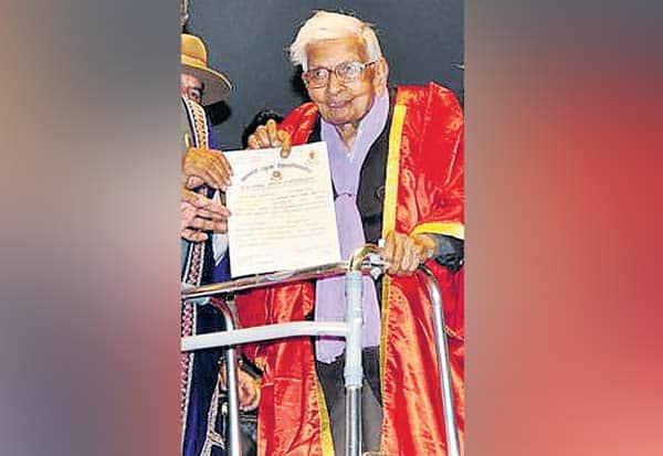 98 வயது  முதியவர்,98-year old man, முதுகலை பட்டம்,Postgraduate Degree,ராஜ்குமார் வைஷ்,Rajkumar Vaish,  பொருளாதாரம்,economics, நாலந்தா திறந்தநிலை பல்கலை,Nalanda Open University, பட்டமளிப்பு விழா, Graduation Ceremony, மேகாலயா கவர்னர் கங்கா பிரசாத்,Meghalaya Governor Ganga Prasad,முதல்வர் நிதிஷ் குமார்,Chief Minister Nitish Kumar,  ஐக்கிய ஜனதா தளம் ,United Janata Dal,பீஹார் முதியவர், Bihar oldman,