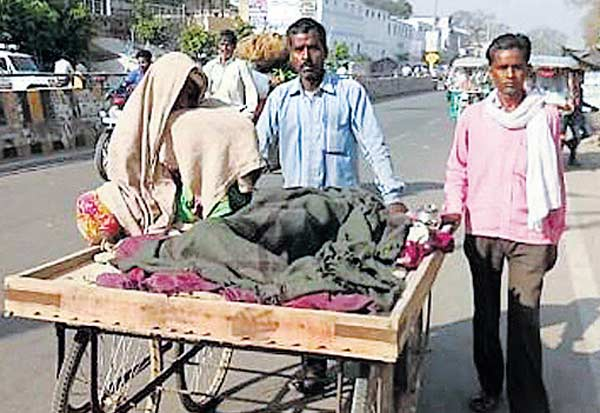 Uttar Pradesh, Refusing ambulance,kanaiyalal , உத்தர பிரதேசசம் ,ஆம்புலன்ஸ் மறுப்பு, தள்ளுவண்டியில் மனைவி உடல், இறந்த மனைவி, முதல்வர் யோகி ஆதித்யநாத், பா.ஜ ஆட்சி, கன்னையாலால் மனைவி சோனி, dead wife, chief minister Yogi Adityanath, BJP rule, kanaiyalal wife soni