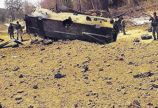 நக்சல்கள் வெடிகுண்டு தாக்குதல் : சி.ஆர்.பி.எப்., வீரர்கள் 9 பேர் பலி