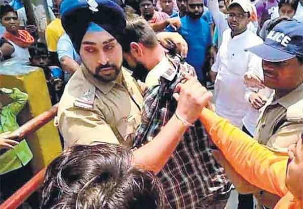 Sikh police,  SI Gagandeep Singh,Uttarakhand attack,சீக்கிய போலீஸ்,  உத்தரகண்ட் தாக்குதல், முஸ்லிம் இளைஞர், சீக்கிய மதம், எஸ்ஐ ககன்தீப் சிங், கோவில் தாக்குதல், சீக்கிய போலீஸ் அதிகாரி ,  Muslim youth, Sikhism, temple attack,Sikh police officer,