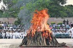 21 குண்டுகள் முழங்க வாஜ்பாய் உடல் தகனம் இறுதி சடங்கில் ஆயிரக்கணக்கானோர் பங்கேற்பு