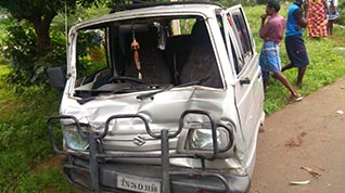பைக் மீது வேன் மோதல்:4 பேர் பலி