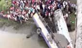 பஸ் ஆற்றில் பாய்ந்து விபத்து: 36 பேர் பலி