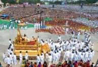 சாய்பாபா பிறந்தநாள்: தங்கரதத்தில் வலம் வந்து பக்தர்களுக்கு ஆசி