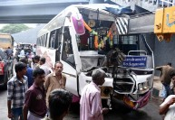பாலத்தில் பஸ் மோதி  சிறுமி உட்பட 2 பேர் பலி