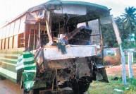 பஸ் - கன்டெய்னர் லாரி மோதல் : கிளீனர் பலி; 20 பேர் படுகாயம்