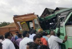 அரசு பஸ் - மணல் லாரி மோதல்: 7 பேர் பலி