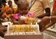 1,750 கிலோ தங்க நகைகள் விற்பனை : வெயிலிலும் அலைமோதியது கூட்டம்
