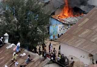 இலங்கை சிறை கலவரம்: 15 பேர் பலி ; மதில் சுவர் ஏறி பலர் தப்பி ஓடினர்