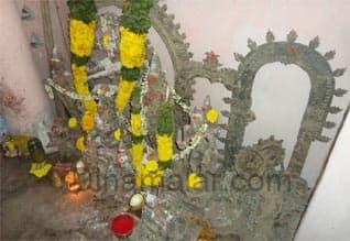 11 சாமி சிலைகளை எடுத்து செல்ல எதிர்ப்பு : இரவு முழுவதும் பாதுகாத்த கிராம மக்கள்
