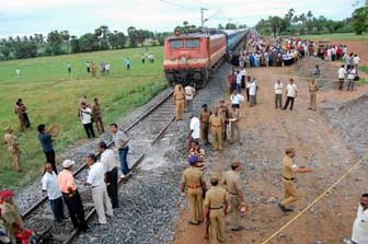track blown up near vizupuram, ரயில்,  தண்டவாளம்,  தகர்ப்பு, தமிழகத்தில், புலி, ஆதரவாளர்கள், கைவரிசை,2 ஆயிரம், பேர் , உய�