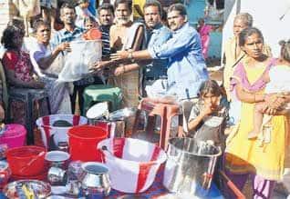 'ஷூ பாலீஷ்' போட்டு திரட்டிய நிதி நெல்லை வாலிபர் கடலூரில் உதவி