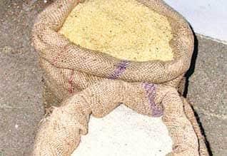 ரேஷனில் இலவச அரிசி வழங்கும் திட்டம் தொடர்வதில் நெருக்கடி  நிதி பற்றாக்குறையில் அரசு தள்ளாடுவதால் சிக்கல்