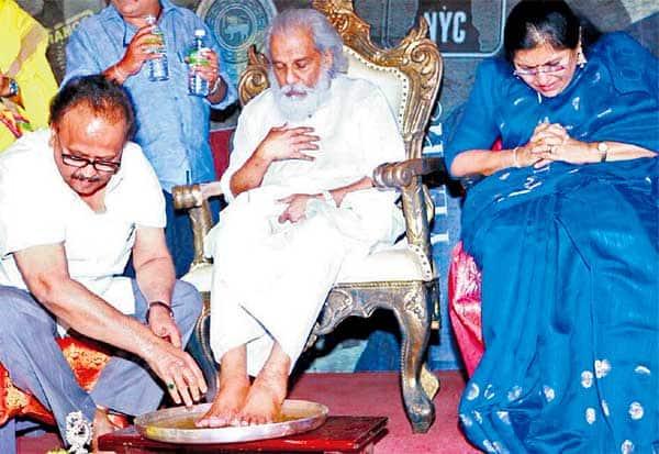 ஜேசுதாசுக்கு பாதபூஜை : எஸ்.பி.பி., நெகிழ்ச்சி