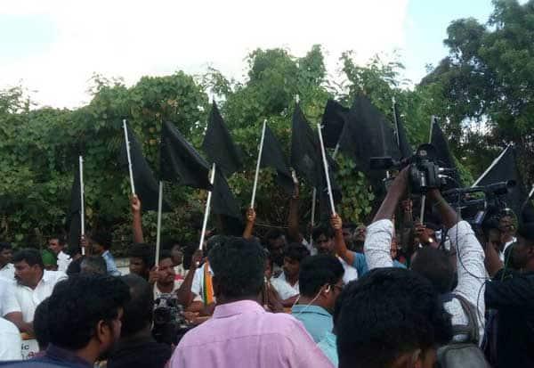PM Modi, Defexpo18, Chennai airport,சென்னை விமான நிலையம் முற்றுகை,பிரதமர் மோடி வருகை, ராணுவ கண்காட்சி, அரசியல் கட்சியினர் போராட்டம்,  கறுப்புக் கொடி போராட்டம், மோடி வருகைக்கு எதிர்ப்பு , The siege of Chennai airport, Prime Minister Modi visit, military exhibition, political parties struggle, black flag Protest, Opposition to Modi visit,