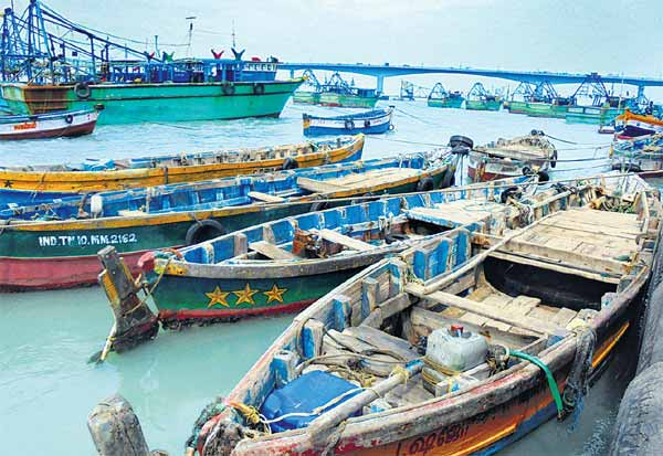 பாம்பன் மீனவர்கள் ஸ்டிரைக் :  குமரி, கேரளாவில் தஞ்சம்