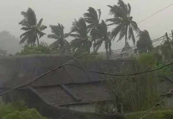 தித்லி புயல், ஒடிசா கனமழை , ஒடிசா ரெட் அலார்ட் ,ரெட் அலார்ட் , ஆந்திரா ரெட் அலார்ட் , கனமழை ,  ஒடிசா புயல், ஒடிசா தித்லி புயல், Titli Storm, Red Alert, Andhra Red Alert, Orissa Red Alert, Heavy Rain, Odisha Heavy Rain, Orissa Storm, Orissa Titli Storm,