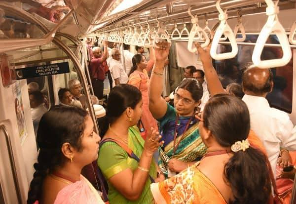 சென்னை மெட்ரோவில் இலவச பயணம் :   'குட்டீஸ்'களுடன் குடும்பமாக பயணித்து உற்சாகம்