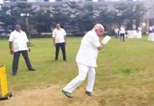 கிரிக்கெட் விளையாடி எடியூரப்பா ஜாலி