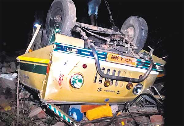 பாலத்தில் மோதி வேன் கவிழ்ந்து விபத்து திருத்தங்கலை சேர்ந்த 6 பேர் பலி: 12 பேர் காயம்