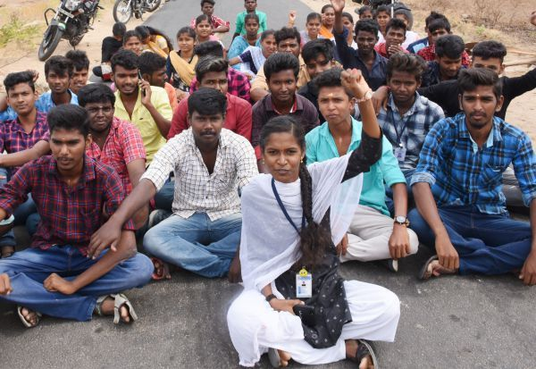 இலவச லேப்-டாப் வழங்க மாணவர்கள் போராட்டம்: மடத்துக்குளத்தில் மறியல் முயற்சி