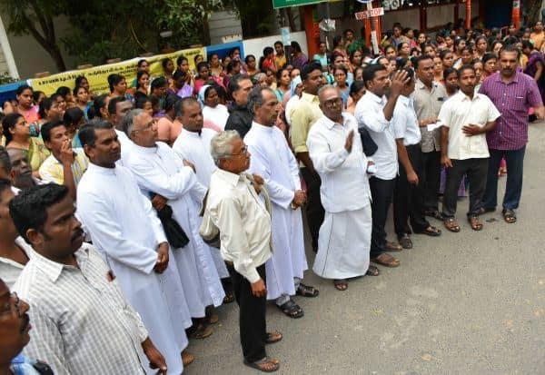 கத்தோலிக்க கல்வி நிறுவன சங்கத்தினர் கல்வித் துறை எதிரில் ஆர்ப்பாட்டம்
