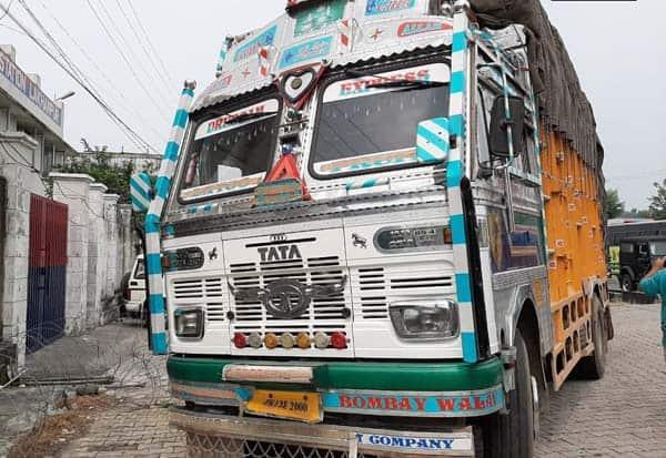 காஷ்மீர்: ஆயுதங்களுடன் லாரி பறிமுதல் Tamil_News_large_2365588