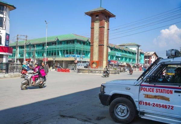 பாதுகாப்புக்கு மத்தியில் ஸ்ரீநகர் சந்தையில் மக்கள் கூட்டம்
