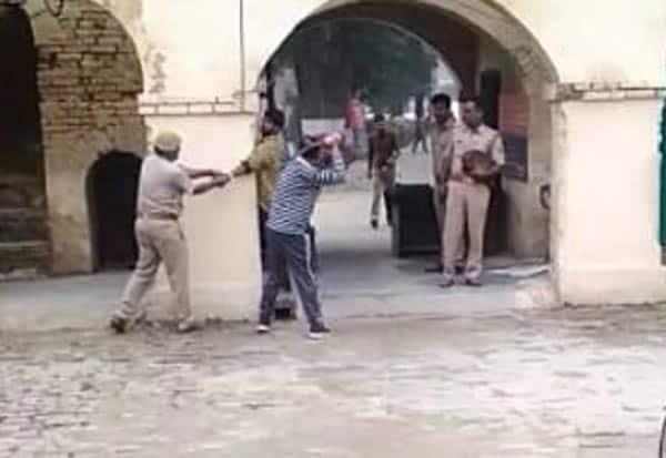 police,kanpur,thrash,பெண்ணுக்கு உதவி,போலீசார்