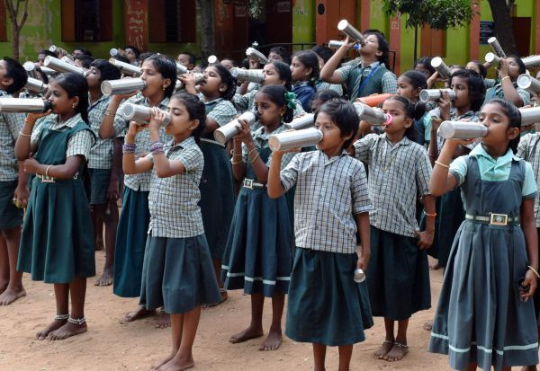 பள்ளிகளில் 'வாட்டர் பெல்' திட்டம்: கூட்டாக நீர் அருந்தி மகிழ்ச்சி