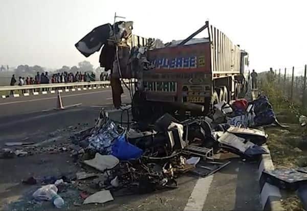 உ.பி.,யில் பஸ் - லாரி மோதி விபத்து:  14 பேர் பலி; பலர் கவலைக்கிடம்