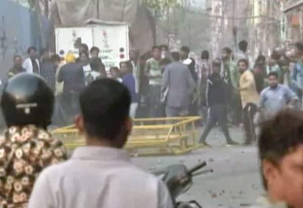Delhi, AntiCAA, Protest, StonePelting, டில்லி, சிஏஏ, குடியுரிமைசட்டம், போராட்டம், வன்முறை, கல்வீச்சு, போலீஸ், கண்ணீர் புகை
