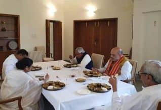 ஒடிசா முதல்வர் பட்நாயக் வீட்டில்  மம்தா அமித்ஷா ...