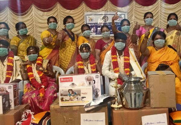 திருமண விழாவில் கொரோனா விழிப்புணர்வு:  மாஸ்க் அணிந்து கொண்ட மணமக்கள்