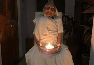 தனது வீடு முன் விளகேற்றிய மோடி தாயார் ஹீரா பென்
