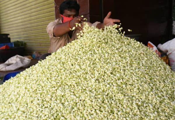 மணக்கவில்லை மல்லிகை: பூ வரத்து அதிகம்; விற்பனை 'டல்'