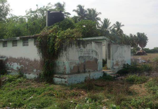 புதர் சூழ்ந்த சுகாதார வளாகம்: புதுப்பிக்க மக்கள் எதிர்பார்ப்பு