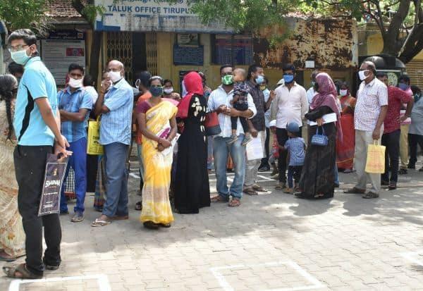 சமூக இடைவெளியை மறந்த பொதுமக்கள்: 'இ-சேவை' மையங்களில் அலைமோதல்