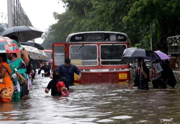 mumbai, wind, heavy rain, flood, மும்பை, கனமழை, வெள்ளம், சாலைகளில், கனமழை, கடற்சீற்றம்