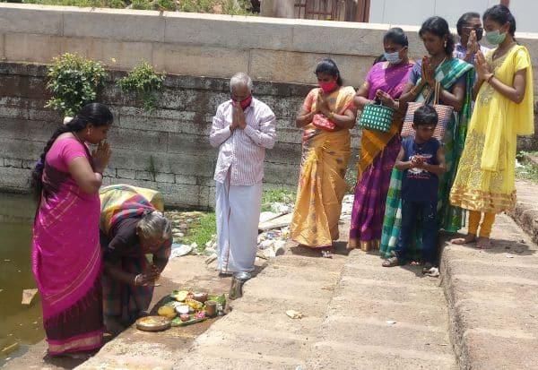ஆடிப்பெருக்கை முன்னிட்டு தெப்பத்தில் பெண்கள் வழிபாடு