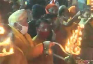 சராயு நதிக்கு ஆரத்தி எடுத்து வழிபட்ட மோகன் பகவத்