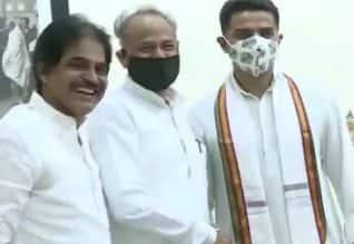 ராஜஸ்தான்: எம்.எல்.ஏ.க்கள் ஆலோசனை கூட்டத்தில் கெலாட், ...
